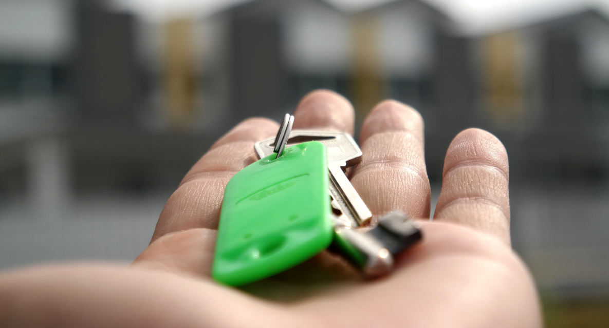 should you hire a property manager for apartments